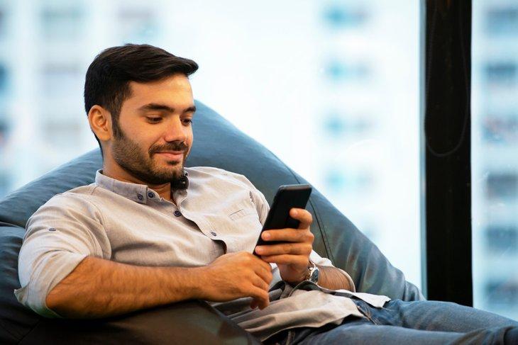 Homme vérifiant l'utilisation des données du téléphone