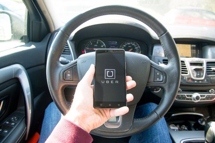 Pilote Uber utilisant l'application.