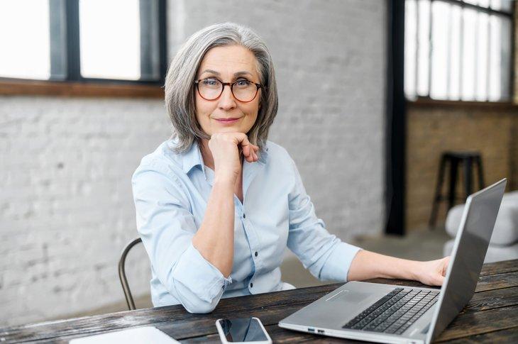 Femme plus âgée travaillant